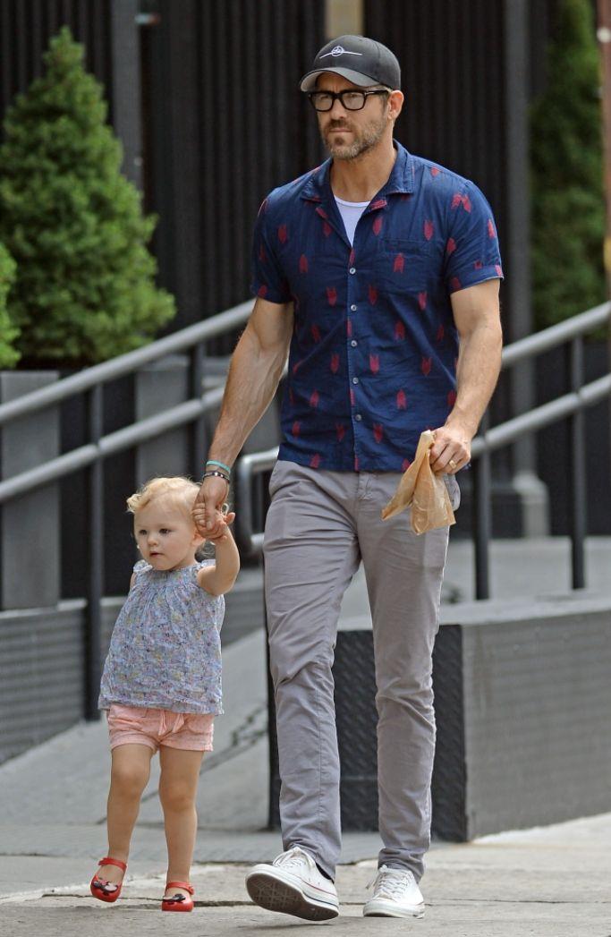 Con gái quá nghiện Baby Shark, Deadpool Ryan Reynolds cho con xem luôn phim mẹ bị... cá mập ăn thịt người tấn công - Ảnh 3.
