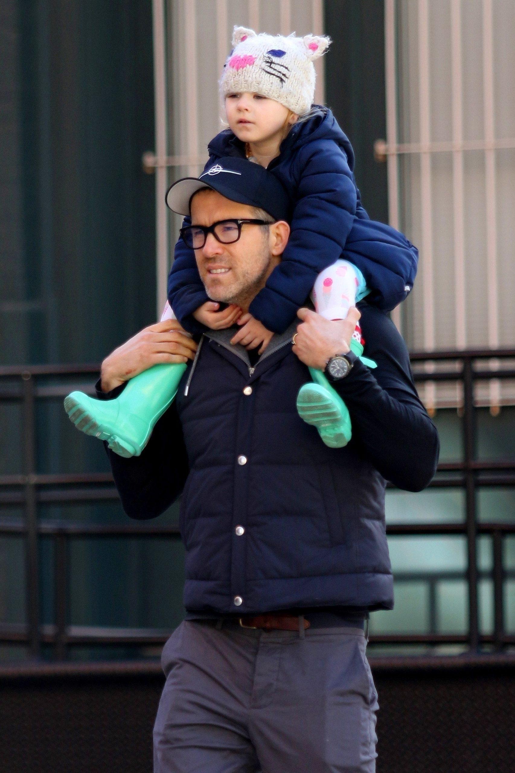 Con gái quá nghiện Baby Shark, Deadpool Ryan Reynolds cho con xem luôn phim mẹ bị... cá mập ăn thịt người tấn công - Ảnh 4.