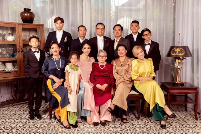 Giữa ồn ào công chúa triều Nguyễn, bộ ảnh gia đình nhà Hà Kiều Anh gây sốt: Ai cũng sang trọng, đầy khí chất danh gia vọng tộc - Ảnh 2.