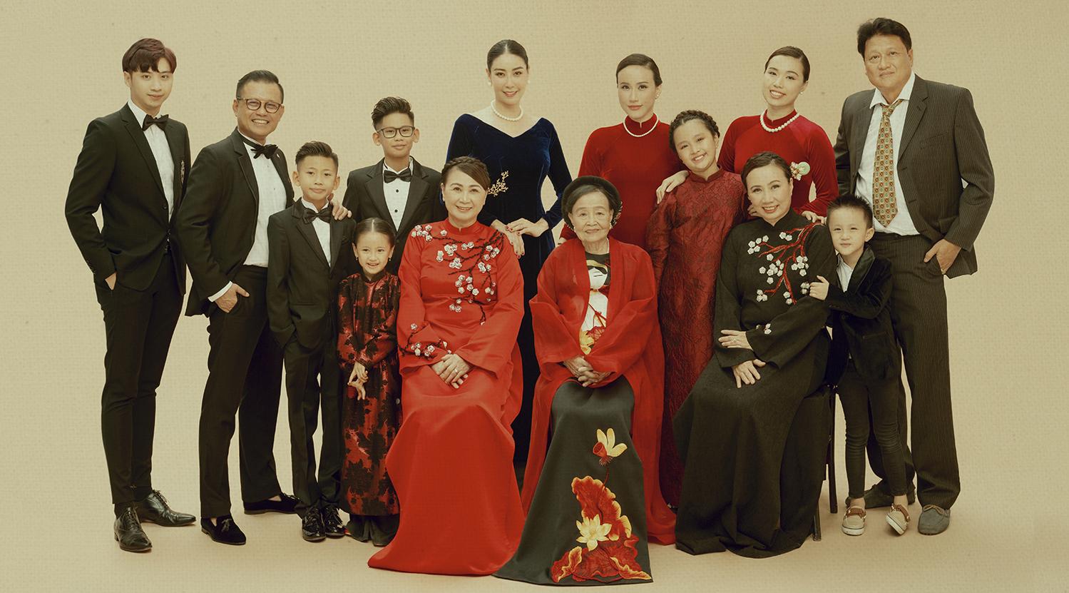 Giữa ồn ào công chúa triều Nguyễn, bộ ảnh gia đình nhà Hà Kiều Anh gây sốt: Ai cũng sang trọng, đầy khí chất danh gia vọng tộc - Ảnh 4.