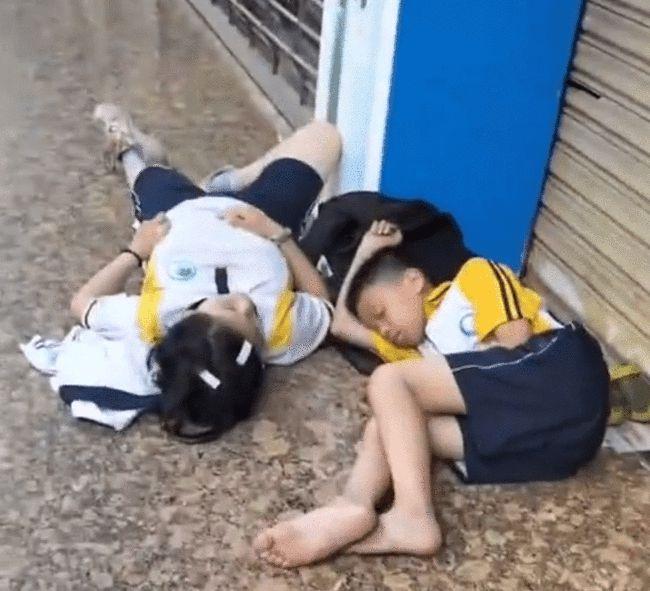 Hai đứa trẻ nằm ngủ vật vờ bên lề đường từ 6 giờ sáng, sự thật đằng sau khiến dân mạng phẫn nộ với bố mẹ - Ảnh 1.