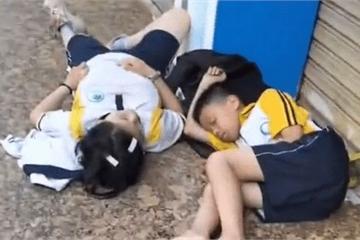 Hai đứa trẻ nằm ngủ bên lề đường từ 6 giờ sáng, lý do khiến dân mạng phẫn nộ với bố mẹ