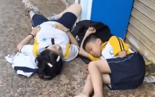 Hai đứa trẻ nằm ngủ vật vờ bên lề đường từ 6 giờ sáng, sự thật đằng sau khiến dân mạng phẫn nộ với bố mẹ