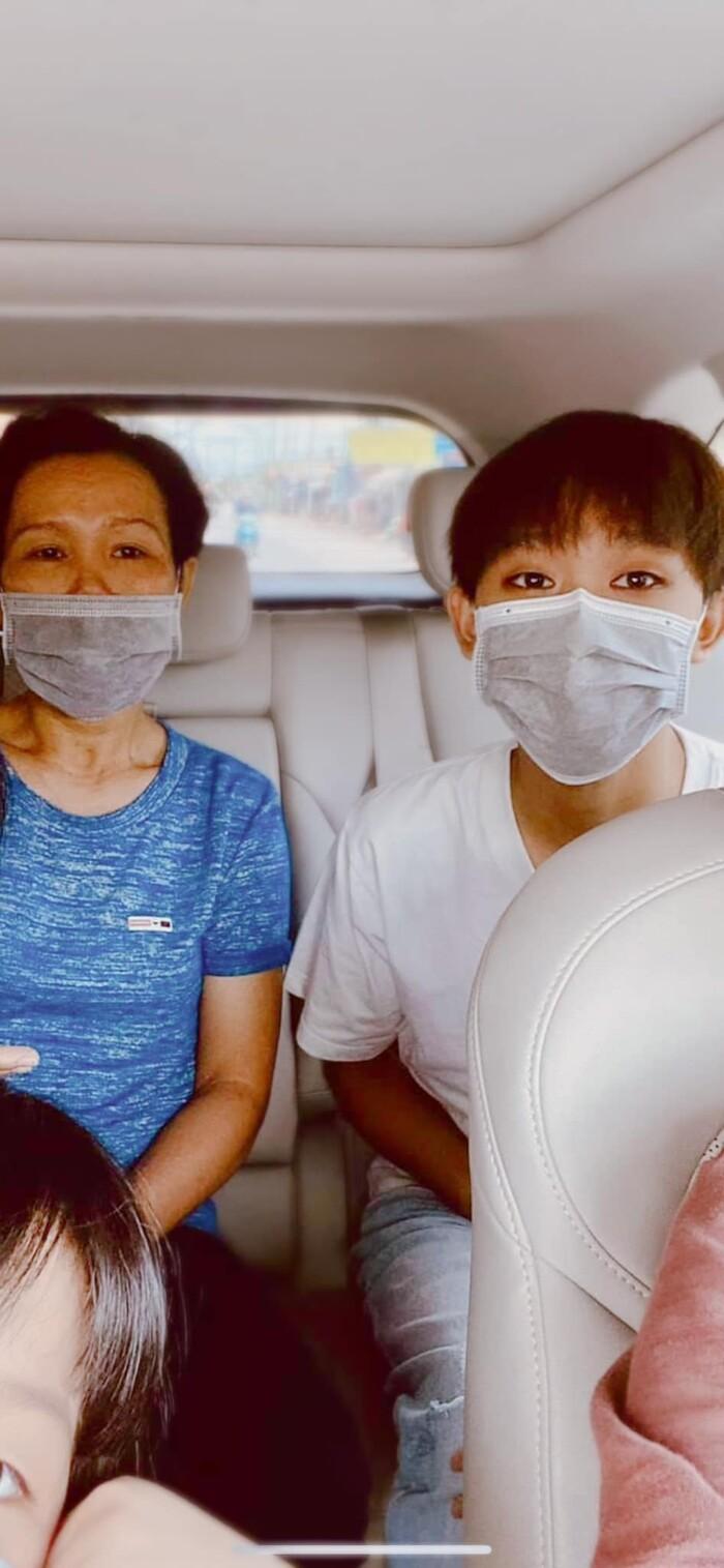 Rầm rộ hình ảnh Hồ Văn Cường được mẹ ruột đưa đi làm thủ tục trước ngày thi tốt nghiệp THPT - Ảnh 3.