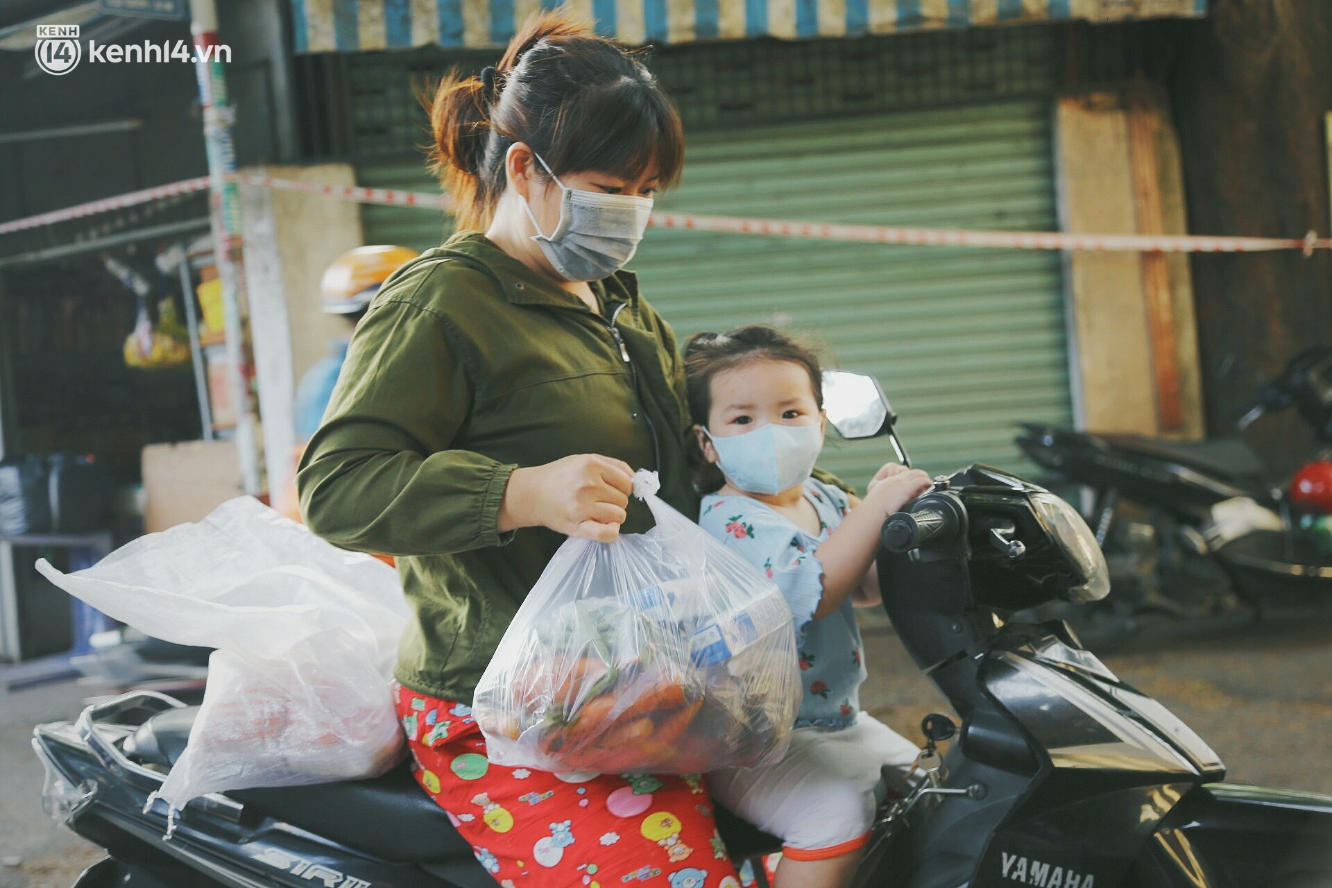 Người dân khó khăn ở Sài Gòn gọi điện, nhóm bạn trẻ liền đi từng ngõ, gõ cửa từng nhà để tặng rau củ, sữa tươi - Ảnh 11.