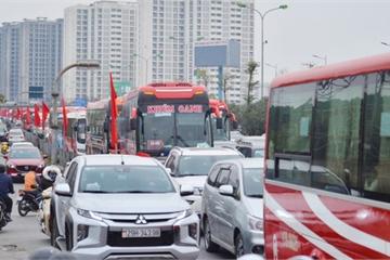 """""""Cửa ngõ"""" Hà Nội ùn tắc kinh hoàng, hàng ngàn phương tiện chen lấn quay lại thành phố sau kỳ nghỉ Tết dương lịch"""