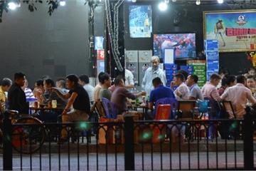 Quán nhậu ở TP.HCM vẫn đông nghẹt khách dù có lệnh dừng hoạt động để phòng dịch Covid-19