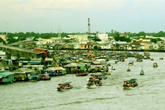 Cai Rang Floating Market bustling again after social distancing