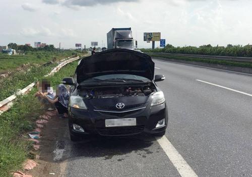 Động cơ xe nóng có thể do thiếu nước làm mát hoặc bị rò rỉ nhưng vẫn có thể kiểm soát tình hình bằng những kỹ năng đơn giản. Ảnh: Nguyễn Tuấn/Otofun