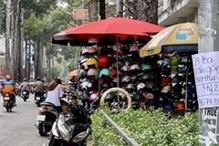 TPHCM: Mũ bảo hiểm giá chỉ 30.000 đồng, không rõ nguồn gốc tràn ngập vỉa hè