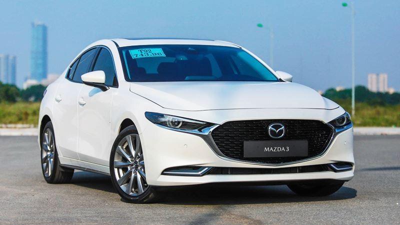 Mazda 3 là lựa chọn rất được ưa chuộng trong thời gian gần đây. Xe sở hữu ngoại hình đẹp mắt với ngôn ngữ thiết kế KODO trẻ trung, năng động. Hàng loạt trang bị vượt trội ở như màn hình trung tâm 8,8 inch, kết nối USB/AUX/Bluetooth, kiểm soát hành trình, điều hoà 2 vùng độc lập, khởi động nút bấm, gương chống chói tự động... Bên cạnh đó, mẫu xe này có đến 10 phiên bản khác nhau với 2 kiểu dáng sedan và hatchback với đủ tầm giá.