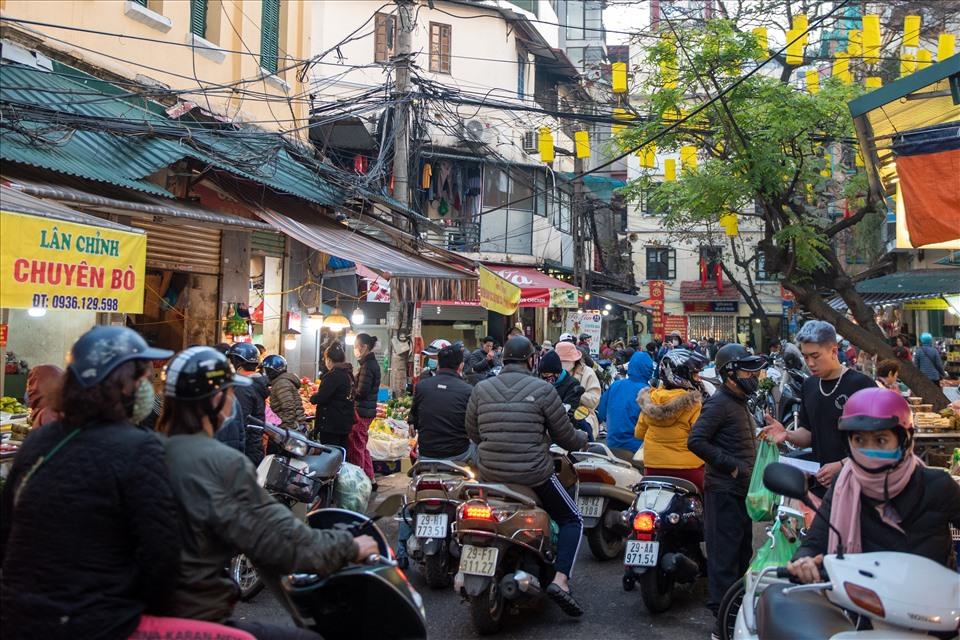 Phố Gia Ngư (Hà Nội) từ lâu đã nổi tiếng bán đồ cúng: xôi gấc, gà luộc ngậm bông hồng,... Vào ngày 30 tết, con phố trở nên đông đúc, chật chội hơn bao giờ hết.