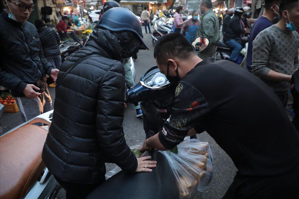 Để tránh tắc đường, cửa hàng còn huy động thêm nhiều nhân viên treo đồ và dắt xe cho khách.