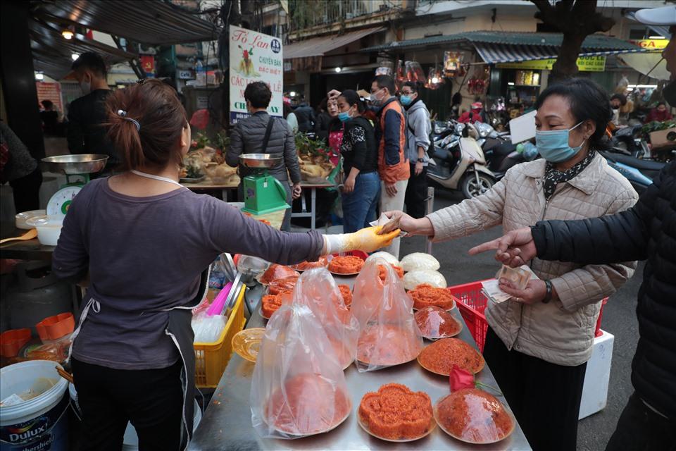 Ngoài gà ngậm bông hồng, tại đây còn bán thêm xôi gấc để đáp ứng nhu cầu của người dân. Xôi được bán với giá 50.000 - 100.000 đồng/đĩa.