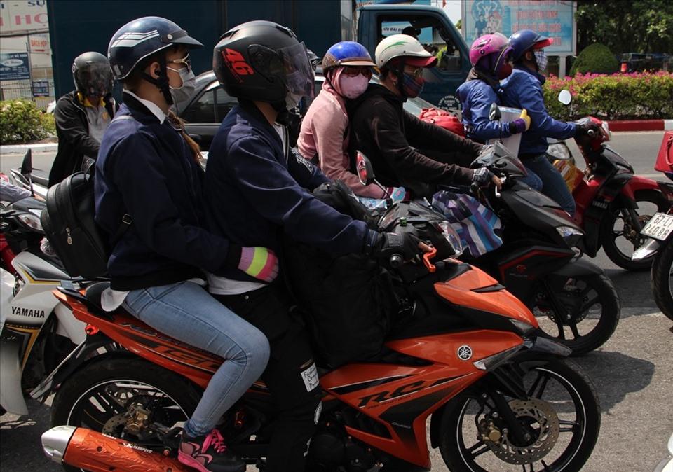 Dịch COVID-19 diễn biến phức tạp, nên nhiều người chọn về quê ăn Tết bằng xe máy. Ảnh: Đình Trọng