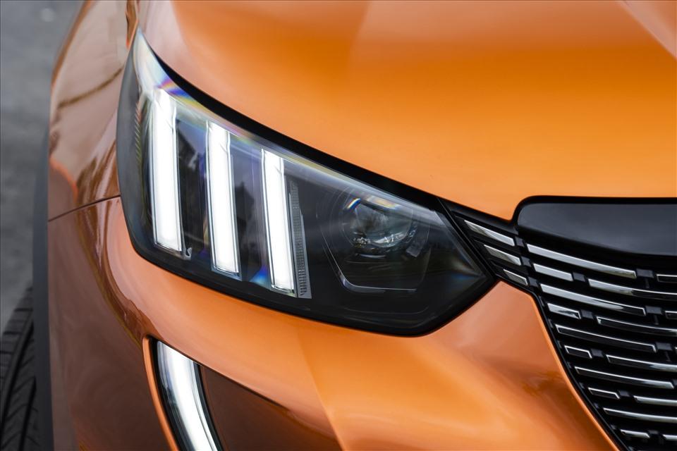 Điểm nhấn nổi bật của Peugeot 2008 là thiết kế đèn daylight và đèn hậu với tạo hình 3 sọc lấy cảm hứng từ móng vuốt sư tử. Hệ thống đèn daylight còn được kéo dài xuống gần cản trước.