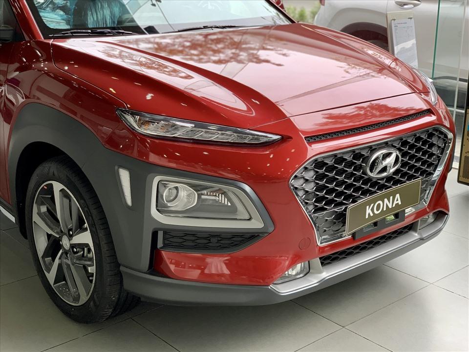 Kona có phần đầu xe hiện đại với kiểu bố trí đèn chiếu sáng chính phía dưới, đèn định vị đặt cao. Bố cục này tạo nét mới cho mẫu SUV cỡ nhỏ của Hyundai.