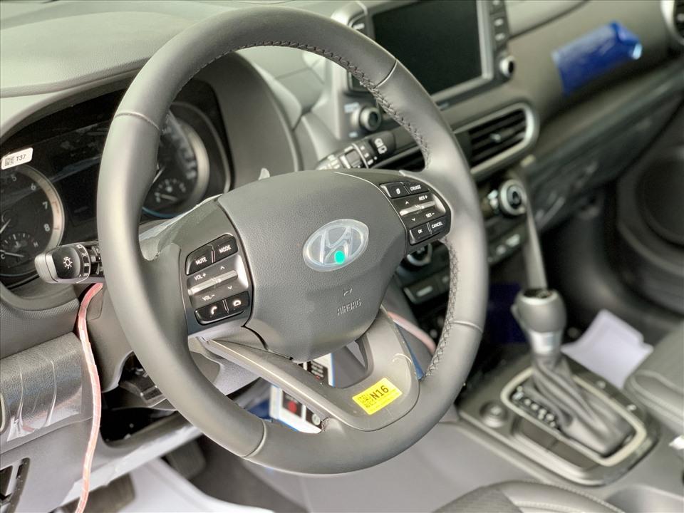 Các trang bị bên trong của 2 xe khá tương đồng: vô-lăng bọc da tích hợp các nút chức năng, khởi động bằng nút bấm, ghế lái chỉnh điện, hệ thống thông tin giải trí hỗ trợ kết nối Apple CarPlay, dàn âm thanh 6 loa.