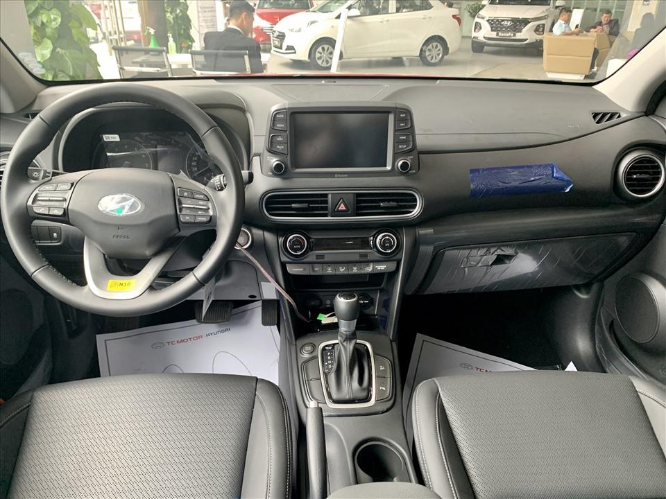 Nội thất của mẫu SUV Hàn sử dụng tone màu đen với nhựa và da, bố cục các phím bấm trực quan, dễ thao tác.