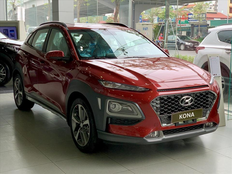 Trong khi 2008 thuần chất SUV thì Hyundai Kona có nét thiết kế mềm mại kiểu crossover. Hyundai vẫn mang đến đôi chút vẻ hầm hố cho Kona với các đường gân chạy khắp xe cùng chi tiết ốp nhựa tối màu ở cản trước, hốc bánh và cản sau.
