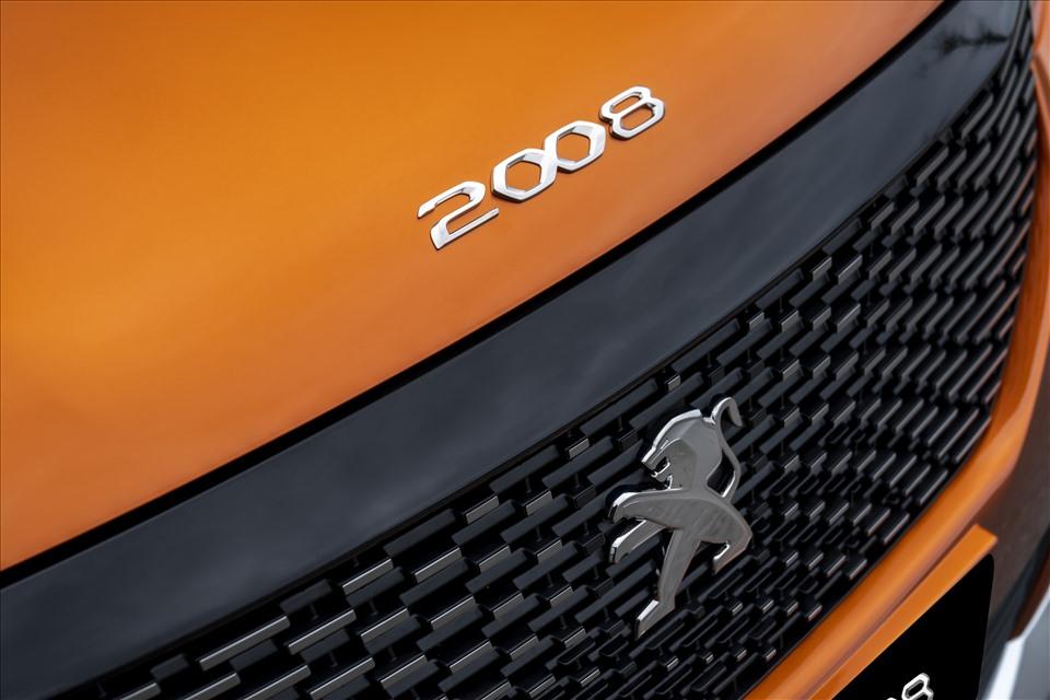 Theo hãng xe Pháp, thiết kế này được lấy cảm hứng từ nanh sư tử và cũng tạo nên đặc điểm nhận diện cho các mẫu SUV của Peugeot.