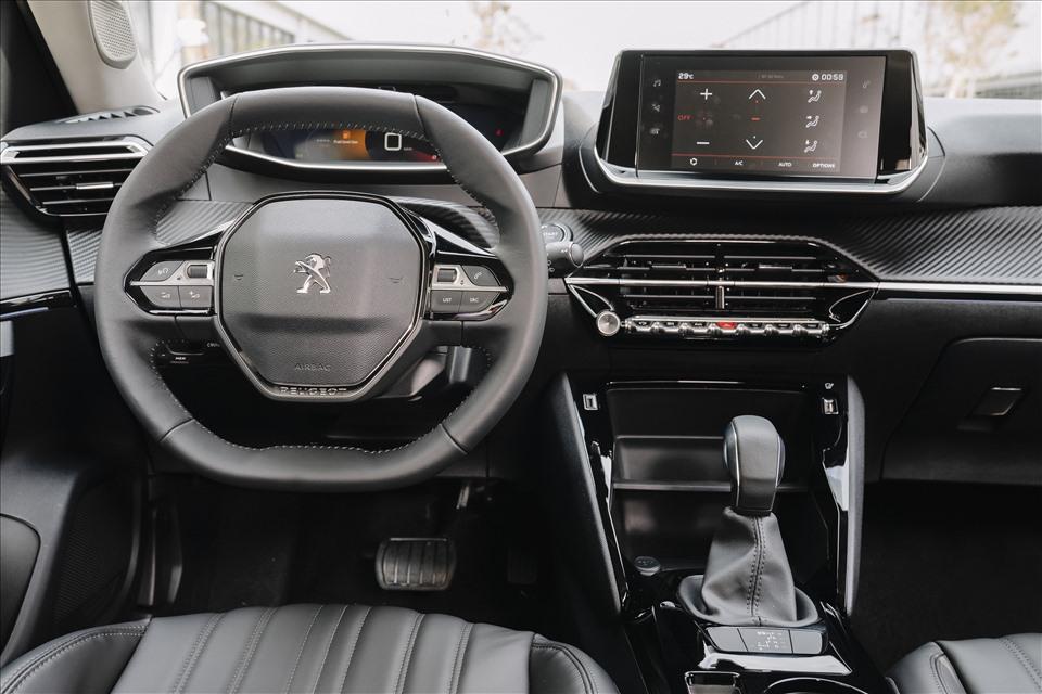 Ở bên trong, khoang lái của Peugeot 2008 hướng đến sự sang trọng. Nội thất của 2008 GT Line cũng sử dụng tone màu đen nhưng các chi tiết, bố cục được trau chuốt nhiều hơn.