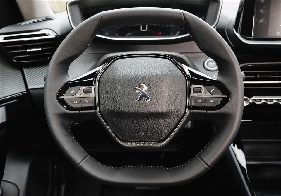 Peugeot 2008 có trung tâm điều khiển hướng về người lái, các phím bấm dạng lẫy tương tự chiến đấu cơ. Trên bản GT Line, 2008 có đồng hồ kỹ thuật số dạng 3D trong khi Kona vẫn sử dụng đồng hồ analog.