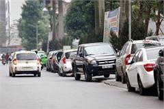 Đỗ ô tô trên vỉa hè có thể bị tước giấy phép lái xe 4 tháng