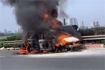 Ô tô 7 chỗ cháy ngùn ngụt trên cao tốc Pháp Vân - Cầu Giẽ, giao thông ùn tắc 2km