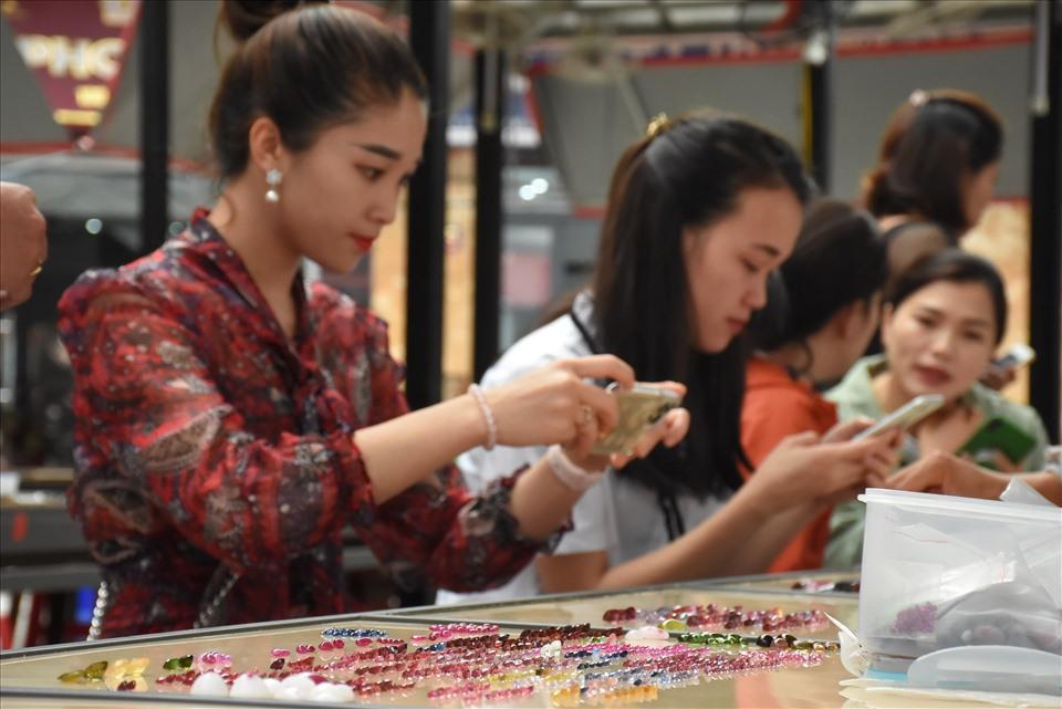 Khách đến tham quan và mua đá cũng rất đa dạng, rất nhiều khách là người buôn bán chuyên nghiệp đến từ khắp nơi trên cả nước.