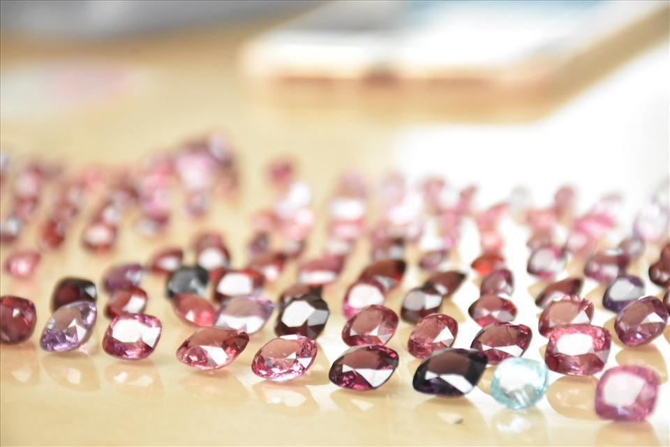 Sản phẩm đá quý được bày bán nhiều nhất ở đây là Ruby, Saphia... những dòng đá quý có giá trị nhất.