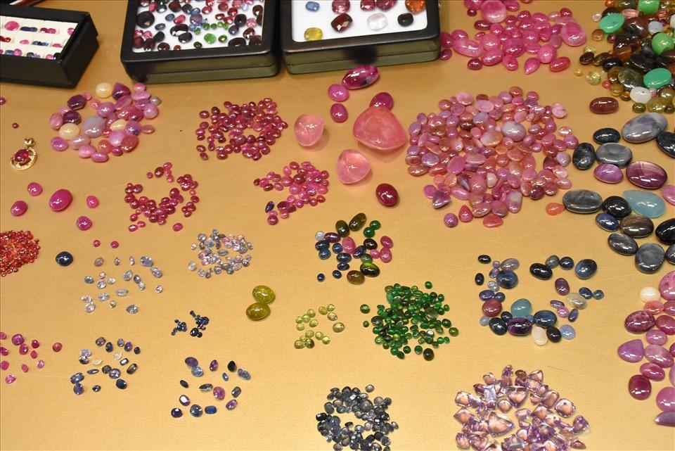 Những viên đá quý có giá trị từ vài trăm nghìn, thậm chí hàng trăm triệu đồng được bày bán trên mặt bàn gỗ.