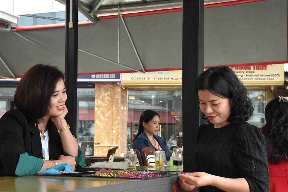 Điều đặc biệt ở đây là những người kinh doanh chủ yếu là chị em phụ nữ.