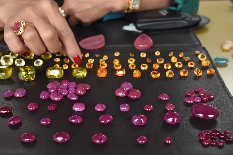 Đá được bày bán tại chợ thường là đá nhỏ, giá trị không cao. Nếu khách hàng muốn mua những loại đá có khối lượng lớn hơn có thể đến tận nhà để giao dịch.