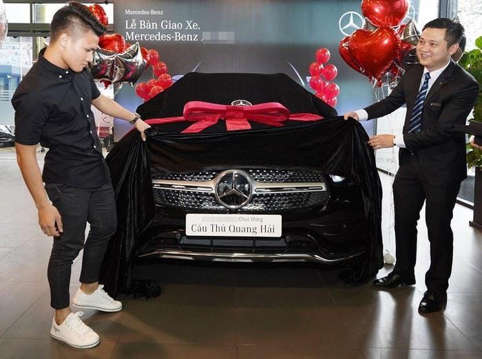 Quang Hải là một trong những cầu thủ có thu nhập cao nhất Việt Nam nên việc mua một chiếc ôtô hạng sang không phải điều quá khó. Ảnh: FBNV.