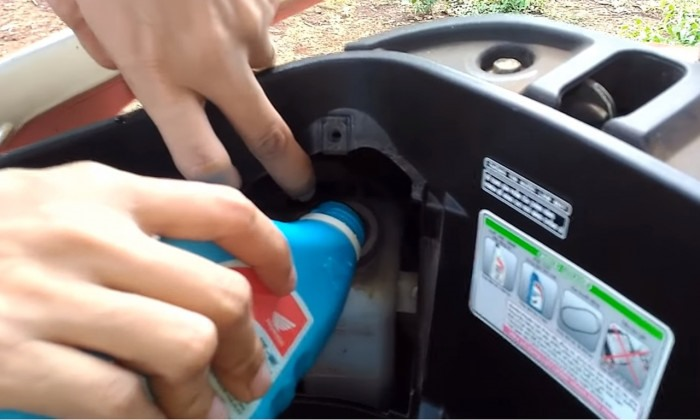 Động cơ xe máy tay ga nóng lên rất nhanh khi di chuyển có phải do nước làm mát của xe đã bị cạn? Chính vì vậy, bạn thường xuyên phải thay nước làm mát cho xe. Ảnh: Tuấn Phùng