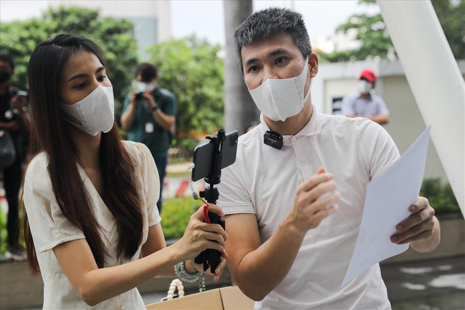 Nam cầu thủ và bà xã Thủy Tiên tung sao kê từ thiện. Ảnh: NSCC.
