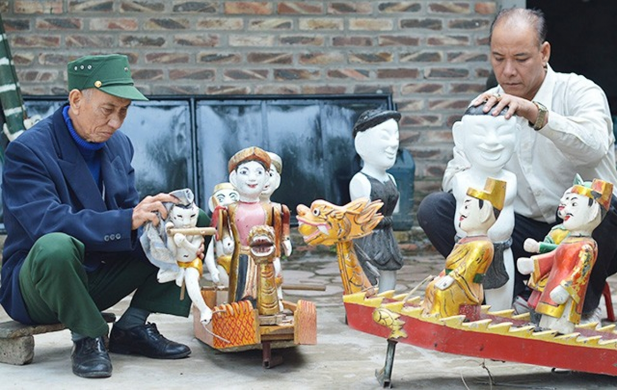Dong Ngu villagers make wooden puppets. (Photo: nhandan.com.vn)