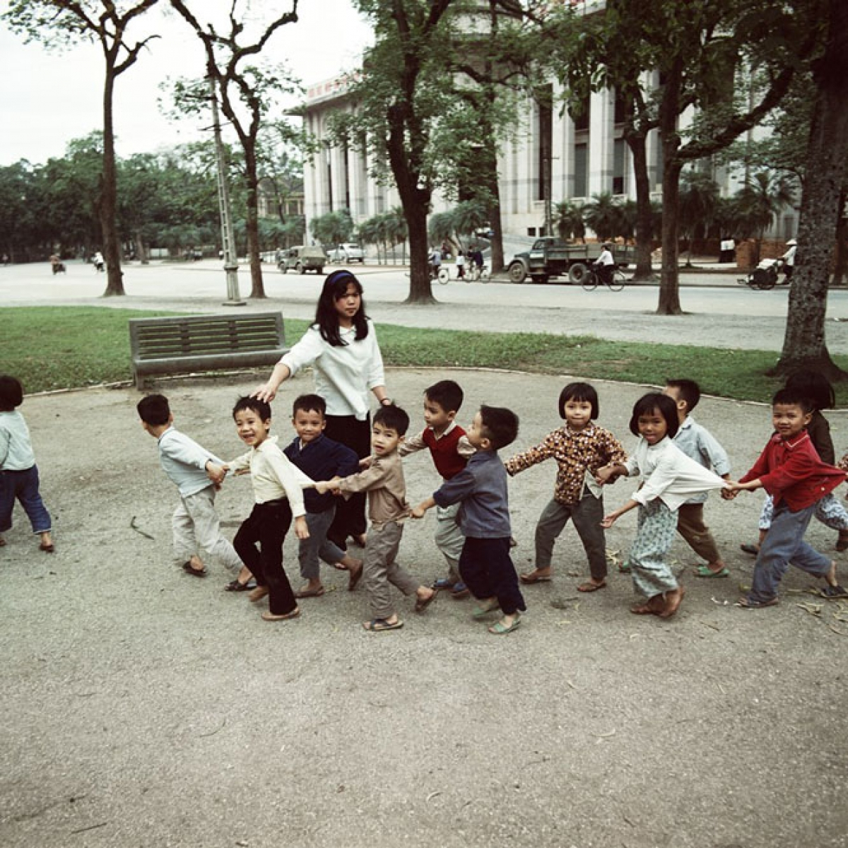 Children playing in Ly Thai To square