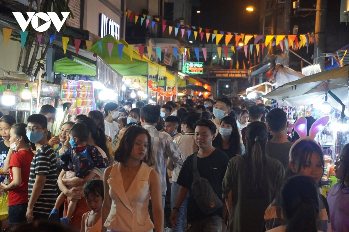 Crowds begin to form on Luong Nhu Hoc street, also known as lantern street, in District 5 from 5 p.m., peaking around 8 p.m., with the volume of people causing difficulty for people travelling in the area.