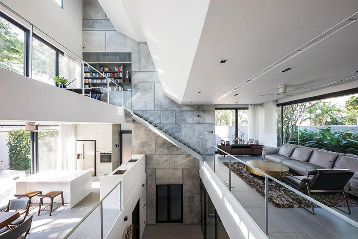 Bên trong mới là điểm đặc biệt của công trình. Đó chính là giải pháp kết cấu: Với chiều rộng 10,5m, ngôi nhà không có hệ cột như thường thấy. Theo đó, tất cả hệ dầm sàn kết cấu được gối lên hai vách tường bê tông cốt thép đầu hồi. Và nhờ đó, ngôi nhà có những không gian lớn, rộng thênh thang.