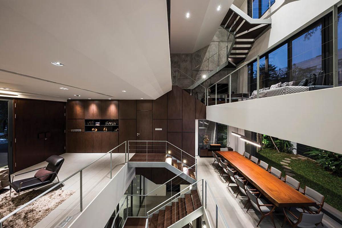 Chiếu sáng nhân tạo được đầu tư rất kỹ lưỡng để làm nổi bật không gian và chi tiết nội thất của ngôi nhà.