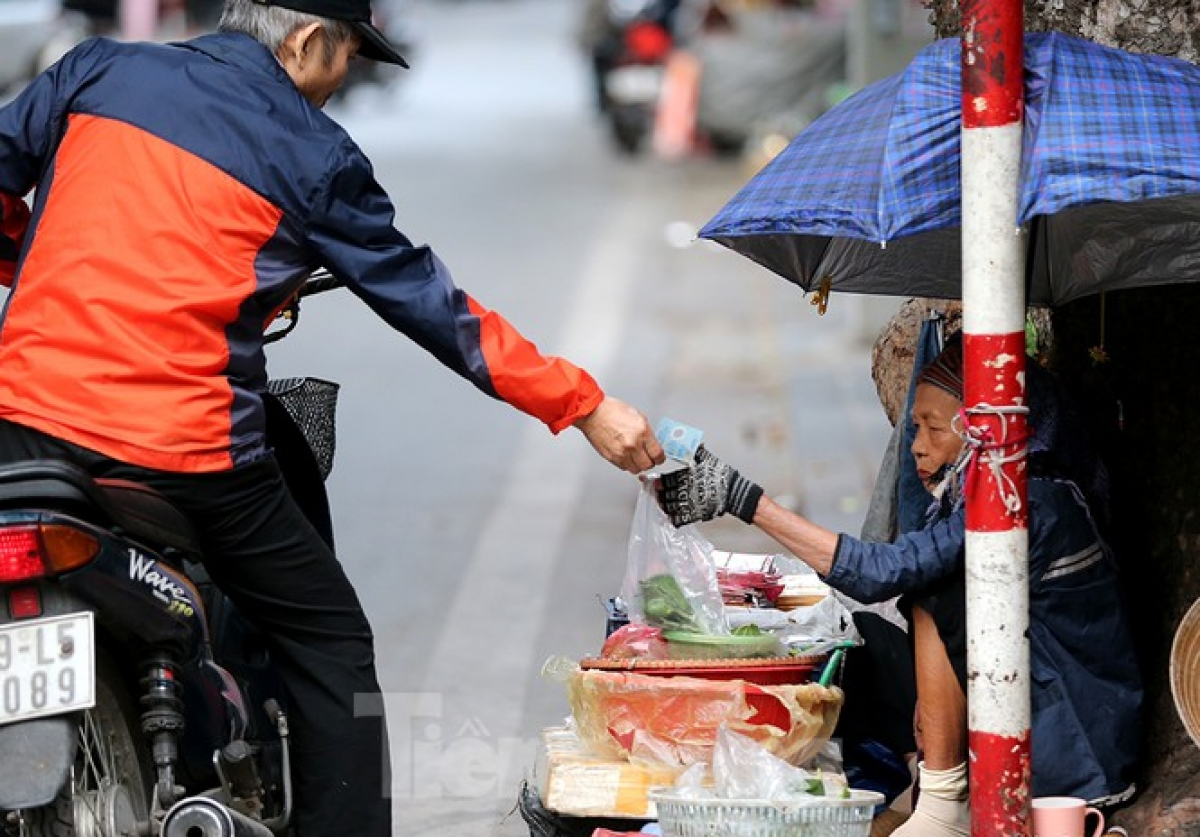 A street vendor works hard and does plenty of business amid the chilly weather conditions.