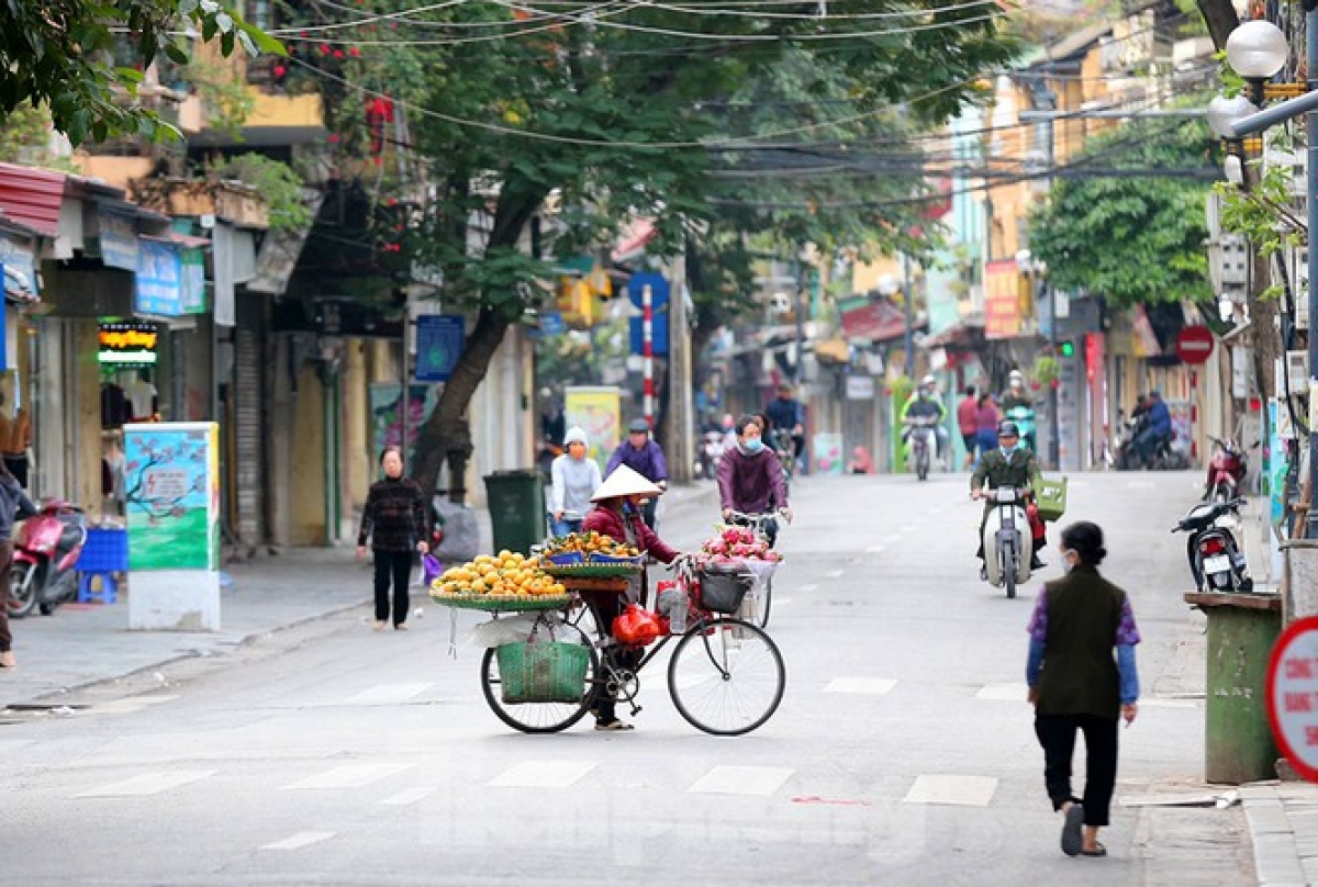 A view of Hanoians going about their daily business on Hang Duong street in Hoan Kiem district at 6:30 a.m.