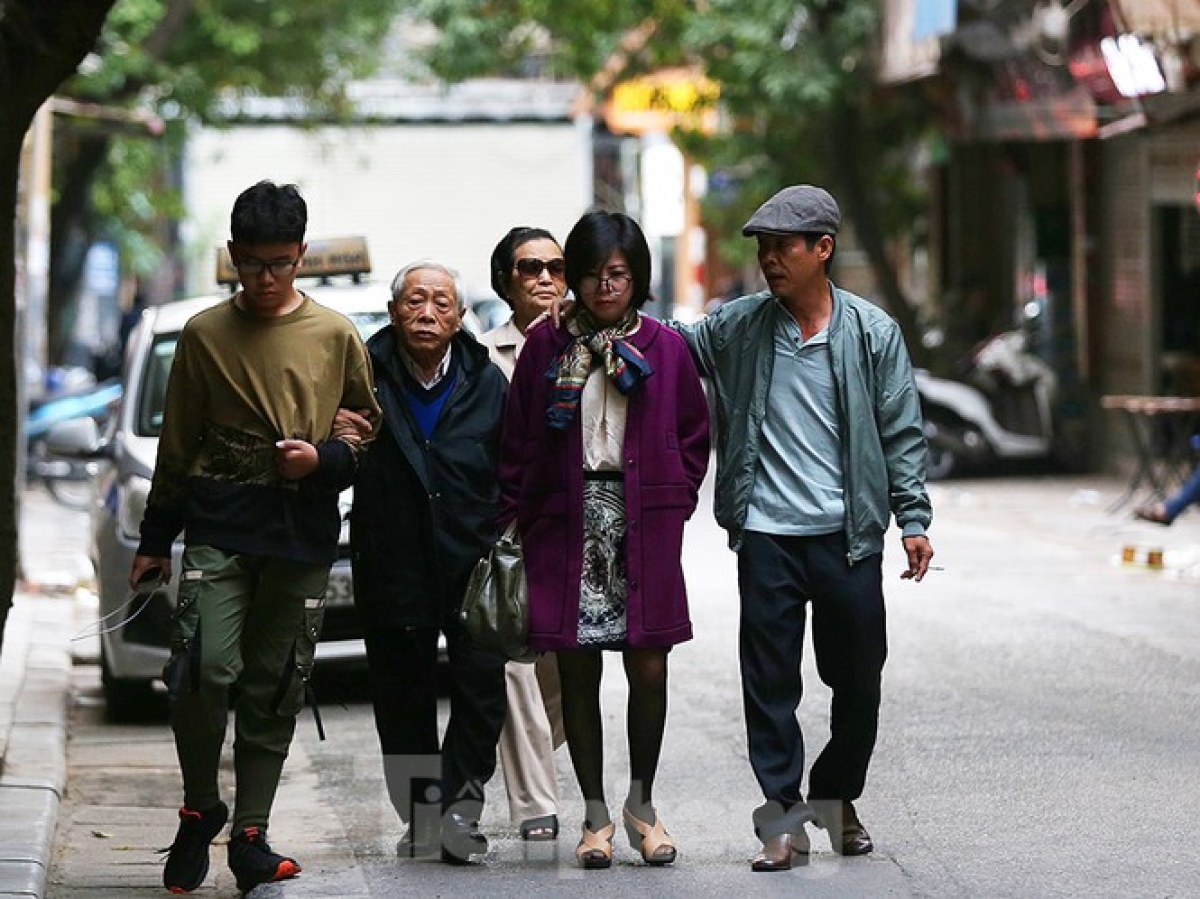 A family from Ho Chi Minh City pay a visit to their relatives in Hanoi. They enjoy a stroll on Hang Giay street in Hoan Kiem district whilst enjoying winter in the capital.