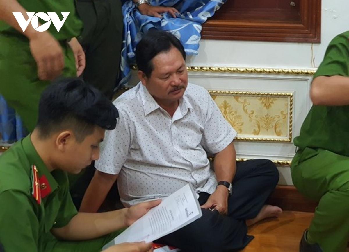 Ông Lê Thái Thiện (áo trắng) đã bị công an bắt giữ về hành vi rửa tiền và cho vay nặng lãi.