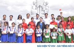 Chủ tịch Quốc hội thị sát sạt lở ở Đất Mũi, tặng quà các em học sinh