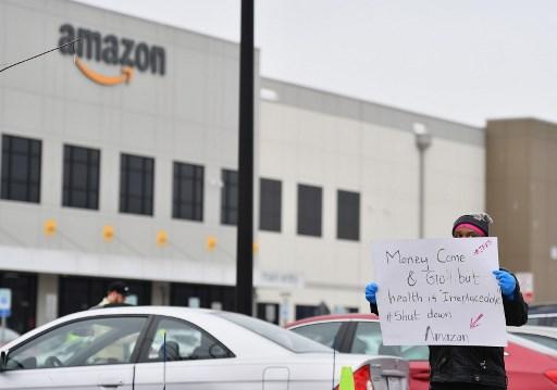 Nhân viên Amazon tại kho hàng Staten Island, thành phố New York, đình công khi kho này bị đóng cửa do một nhân viên dương tính với Covid-19 ngày 30/3/2020. Ảnh: AFP