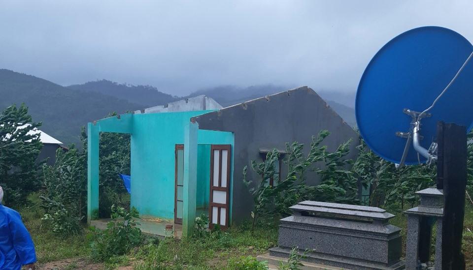 Một nhà dân bị tốc mái hoàn toàn ở xã Trà Nú.