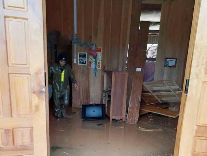 Nhiều ngôi nhà của người dân ở Phước Sơn bị sạt lở gây hư hại. Ảnh: ĐỨC TÍN